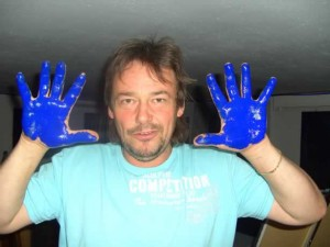 Norbert Nebenführ, beim Malen mit den Händen